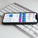 Smartphone mit berufswahlapp liegt auf Tastatur